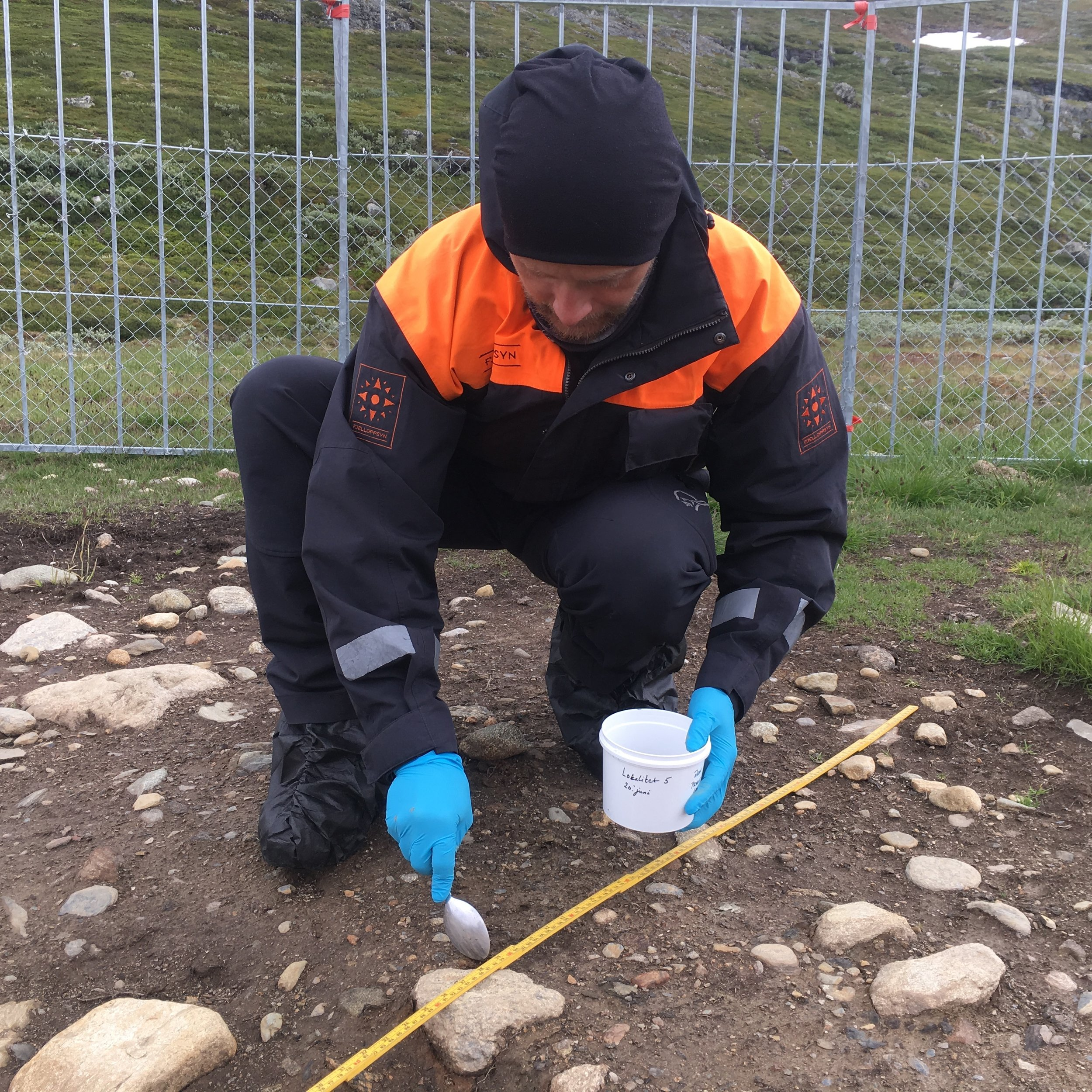 Aron Freyr Gudmundsson, Fjelloppsyn i Aurland fjellstyre, under arbeid med prøvetaking på ein salteplass.