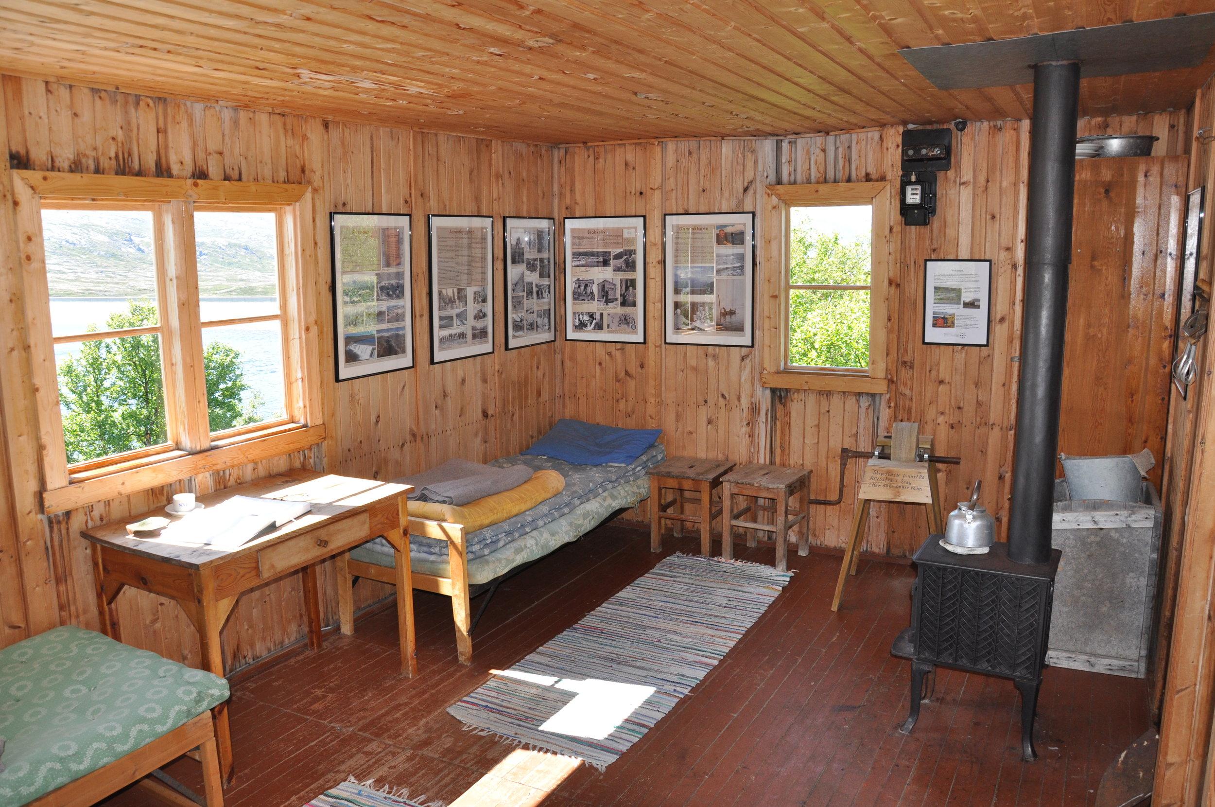 Den ferdig restaurerte boligbrakka frå Aurautbygginga med fotoutstilling. Brakka står alltid open, gratis inngang.