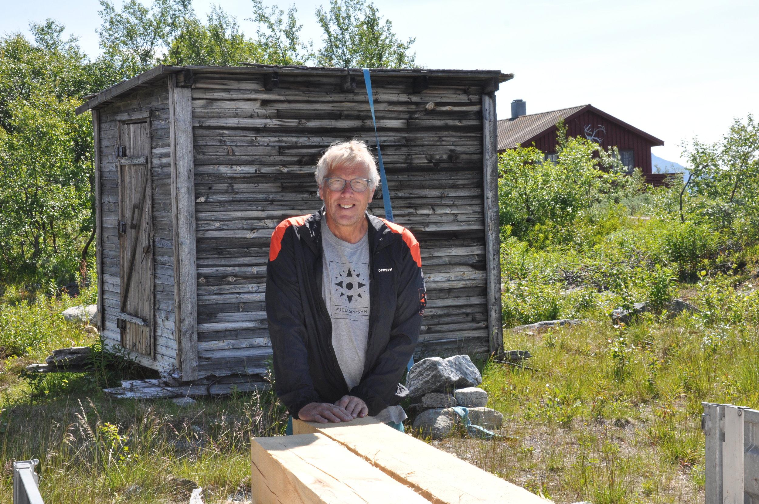 Fjelloppsyn Dag Ringstad i Nesset Fjellstyre framfor kvilebrakka som skal restaurerast