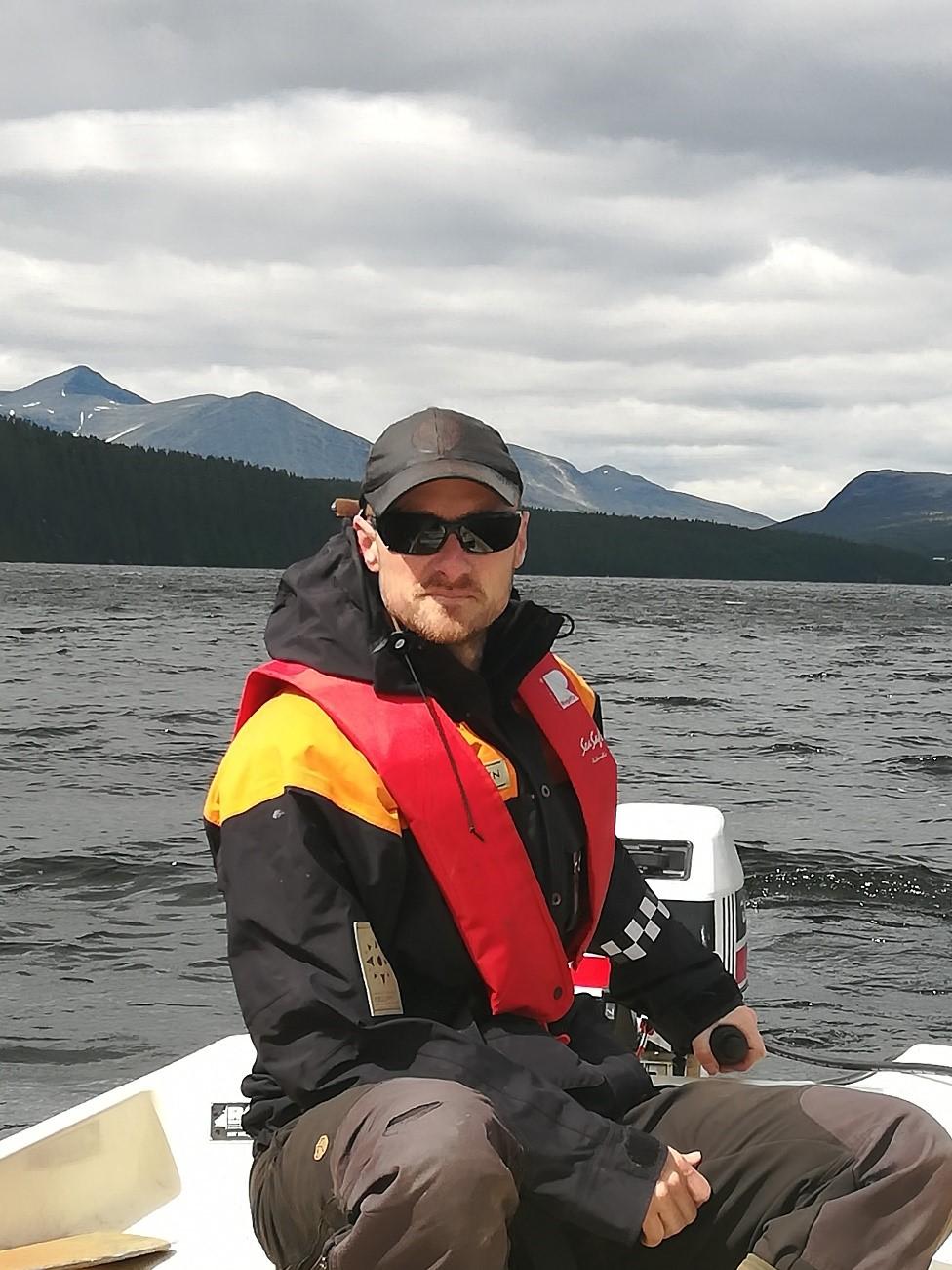 Her er daglig leder Hans Petter Ruud ute på Atnsjøen.