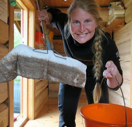Her er Anne Eline Streitlien i gang med vask av Åsbua.