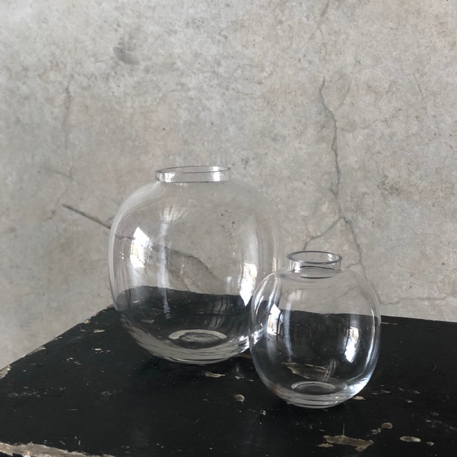 Stylish glass bubble vases in two sizes for flower arrangements and centrepieces