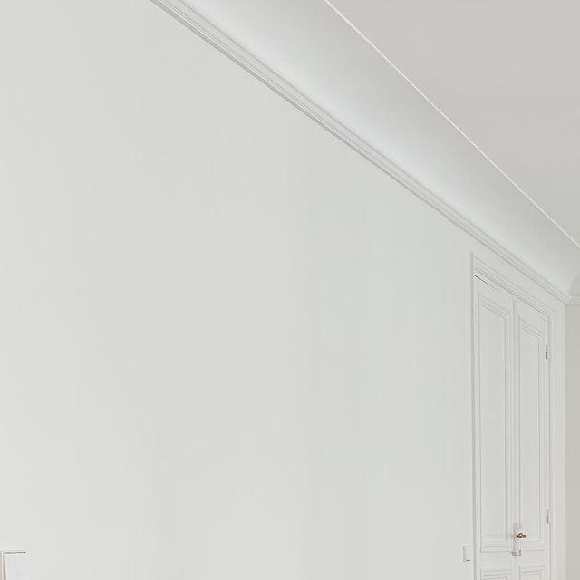 S Q U A R E  S A I N T E  C R O I X  D E  L A  B R E T O N N E R I E Merci @atelierboteko clic par @droccoyeah . . . . #shooting #set #saintcroixdelabretonnerie #marais  #pieceunique #functionalart #table #steel #haussmannien #contemporary