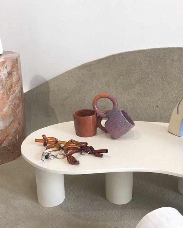 C U M U L A B L E S ~  F O C U S 🍩 . Retour sur l'exposition cumulables où les donuts mugs et les bougies combustion étaient exposés  Curation @laureneguarneri et @lorette.coleduprat flowers @nue.paris . . . . #exhibition #contemporary #cumulables #design #piecesuniques #myrtille #choco #donutsmugs #combustion #exhibition #scenographie