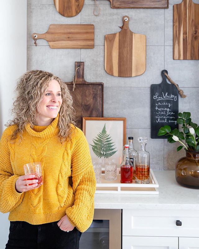 Who knew the answer to our design problems would be a cutting board gallery wall!? Check out our latest blog post on how we designed our kitchen nook! Link in bio #DWKinteriors #TakeNote #DWKblog