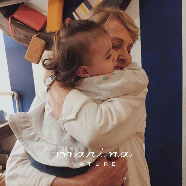 Feliz día para todos los abuelos! Les presentamos a Estela y Pipi. Ellas forman parte de la familia Marina y están siempre así de abrazadas 💛