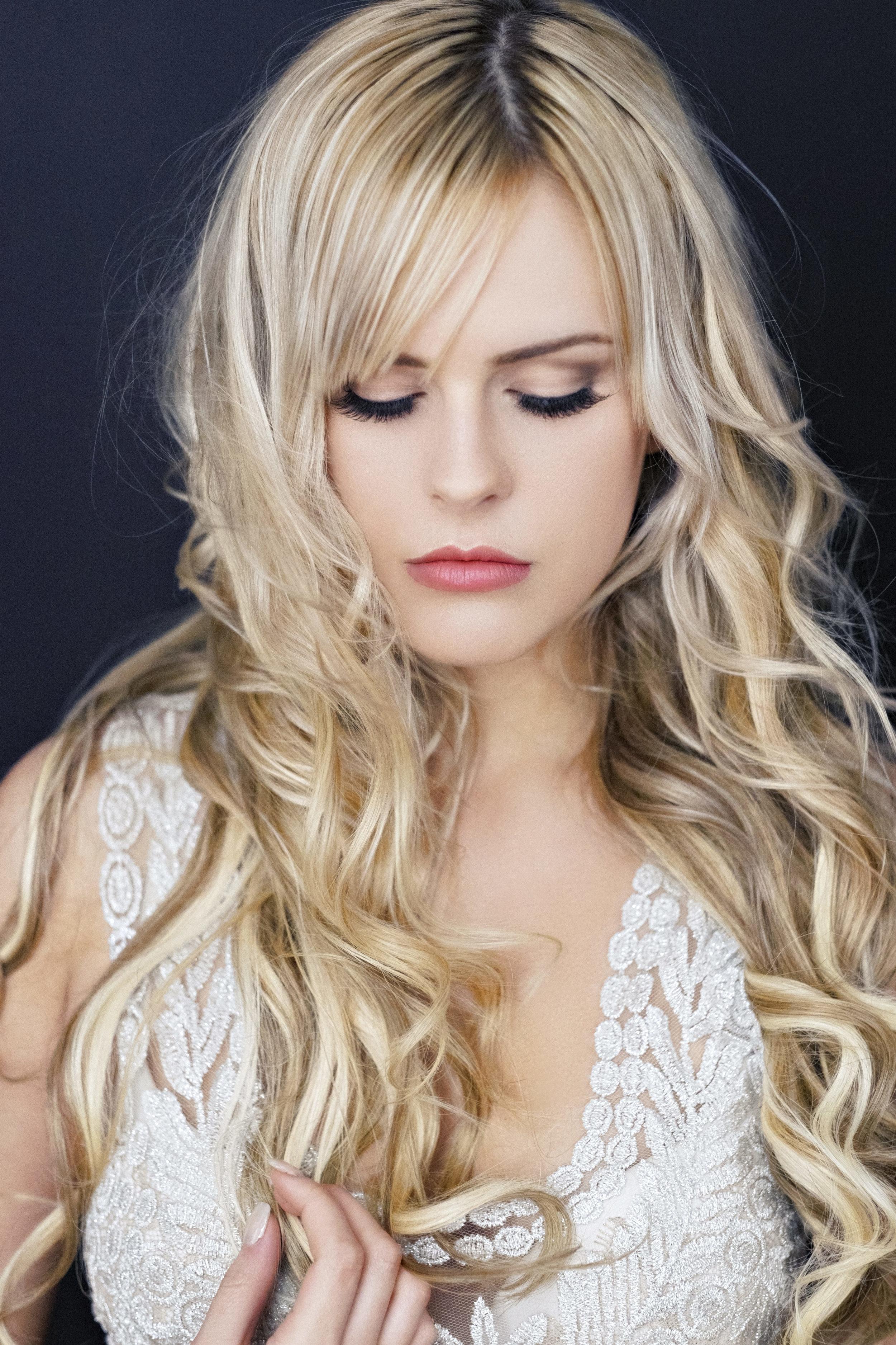 Marta-Hewson-Fashion-blonde-Alluring-Makeup.jpg