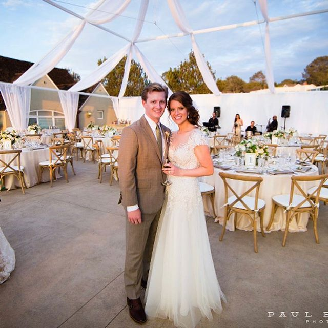 Happy 4 year anniversary to our sweet couple Jess and Drew. Cheers to many more 🥂🍾❤️💕@jessmurray10 @drewmurray05 / coordinator @premiereweddingsbydaliceh @daliceh / photographer @paulbarnettphotography / florist @adorationsinc / venue @laubergedelmar / draping and linens @conceptseventdesign