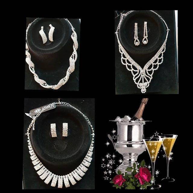 Studenten, examen och bröllop är högtider med glitter och glamour. Kom in och titta på alla smycken som passar väldigt bra till balklänning och brudklänningen. Dessutom finns det många presenttips till alla tillfällen. Varmt välkomna till Nobelt Interiör