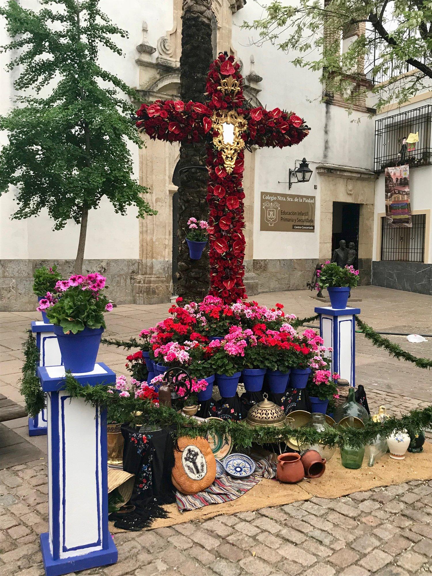 A small but elaborate  cruz de Mayo .