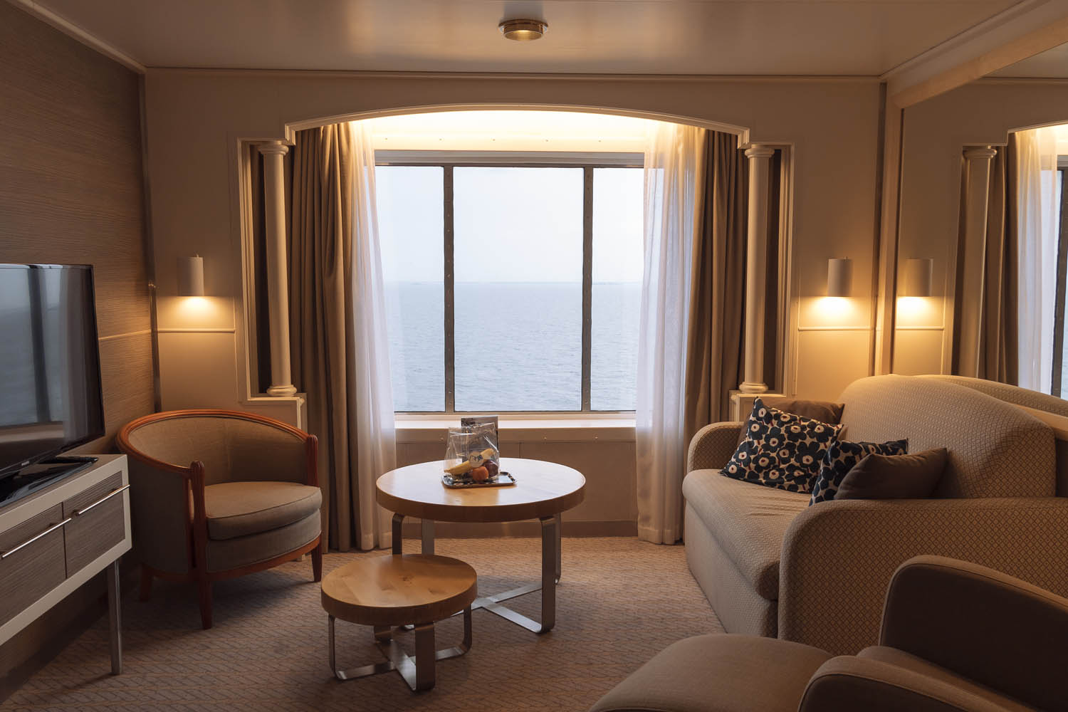 The Commodore Suite has huge windows and it feels like you are in a hotel with a beautiful changing sea view.