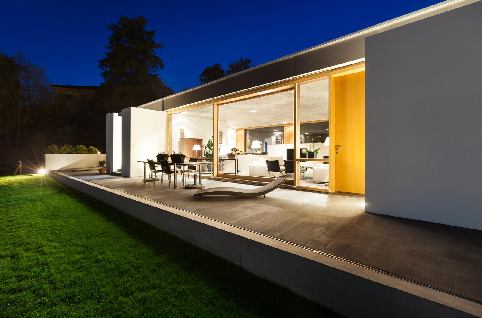 Smart_Home_Lighting_White_Villa_Green_Grass_Deep_Blue_Sunset_Modern_Terrace_White_Kitchen