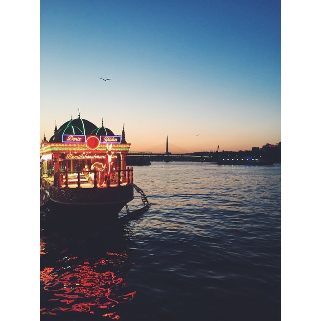 Life is good when you get to see sunsets like that #lifeisgood #Bosporus #Bosphorus #boats #boatrestauranf #sunset #istanbul #turkey #neveraboringmoment #passionpassport #travelbug #travel #theurbanexpat #instaistanbul #instatravel #insta #instabest #instagood #vsco #vscocam #vscobest #vscotravel #vscoistanbul #mytinyatlas #TellOn #liveby #vscosunset #instasunset #WidenYourWorld #LoveFromTurkey @turkishairlines (at Deniz Yıldızı Restaurant)
