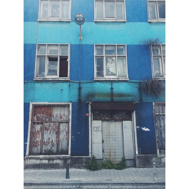 Colorful streets of Istanbul #colorful #streets #istanbul #turkey #TellOn #travelbug #travel #insta #instatravel #instaistanbul #vsco #vscocam #vscobest #vscotravel #vscoistanbul #theurbanexpat #livingabroad #citylife  (at Eminönü, Istanbul, Turkey)