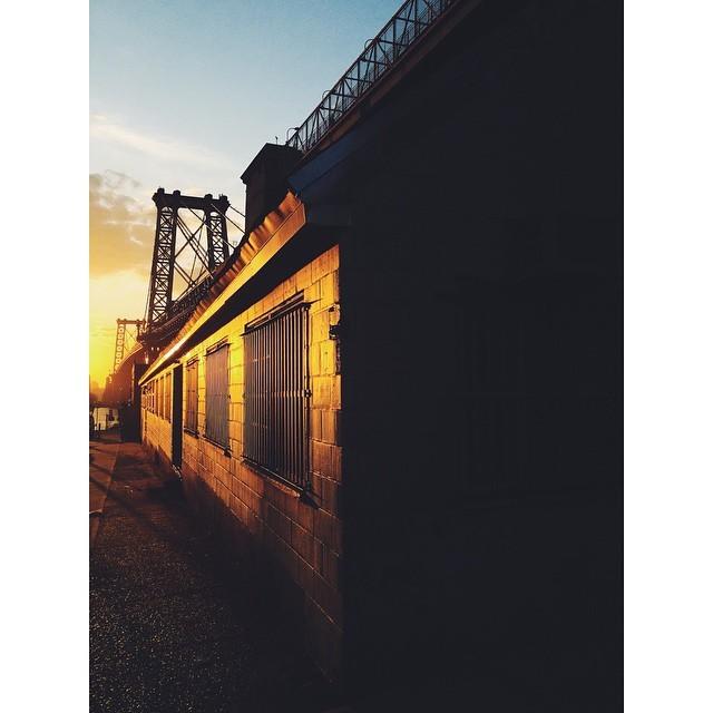 Golden hour #williamsburgbridge  (at Williamsburg Bridge)