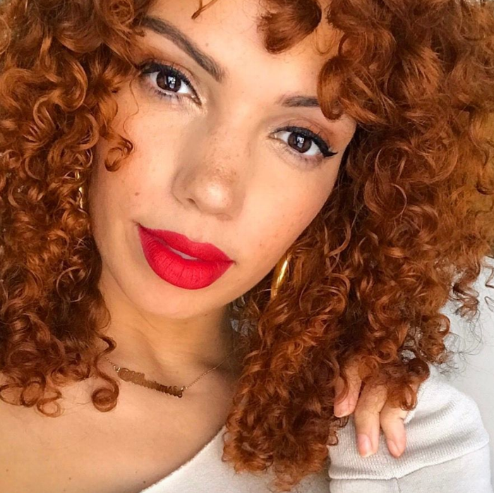 How to get your red lip to last all day - Curly hair red lip reapply blot