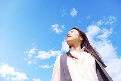 girl_looking_to_sky_clouds.jpg