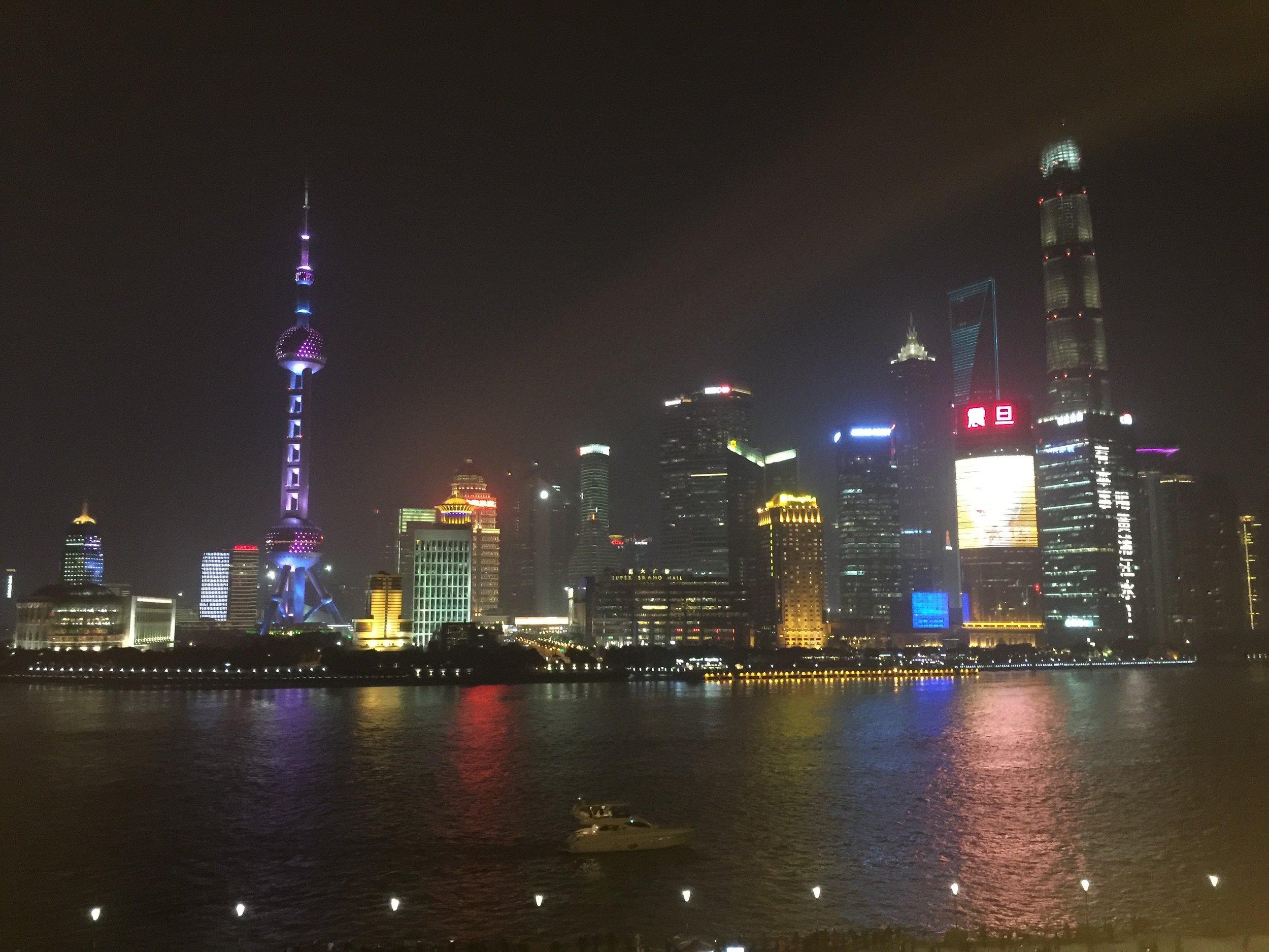 La skyline del Pudong vista dalla passeggiata del Bund.