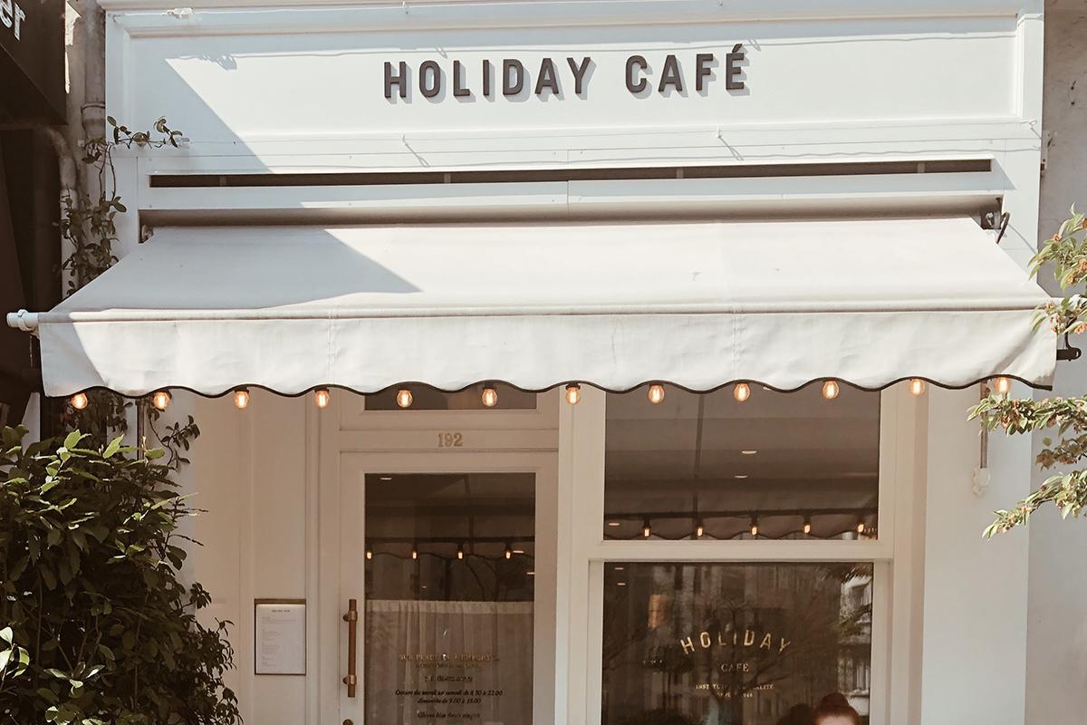Newspread_EuropeExpereiences_HolidayCafe01.jpg