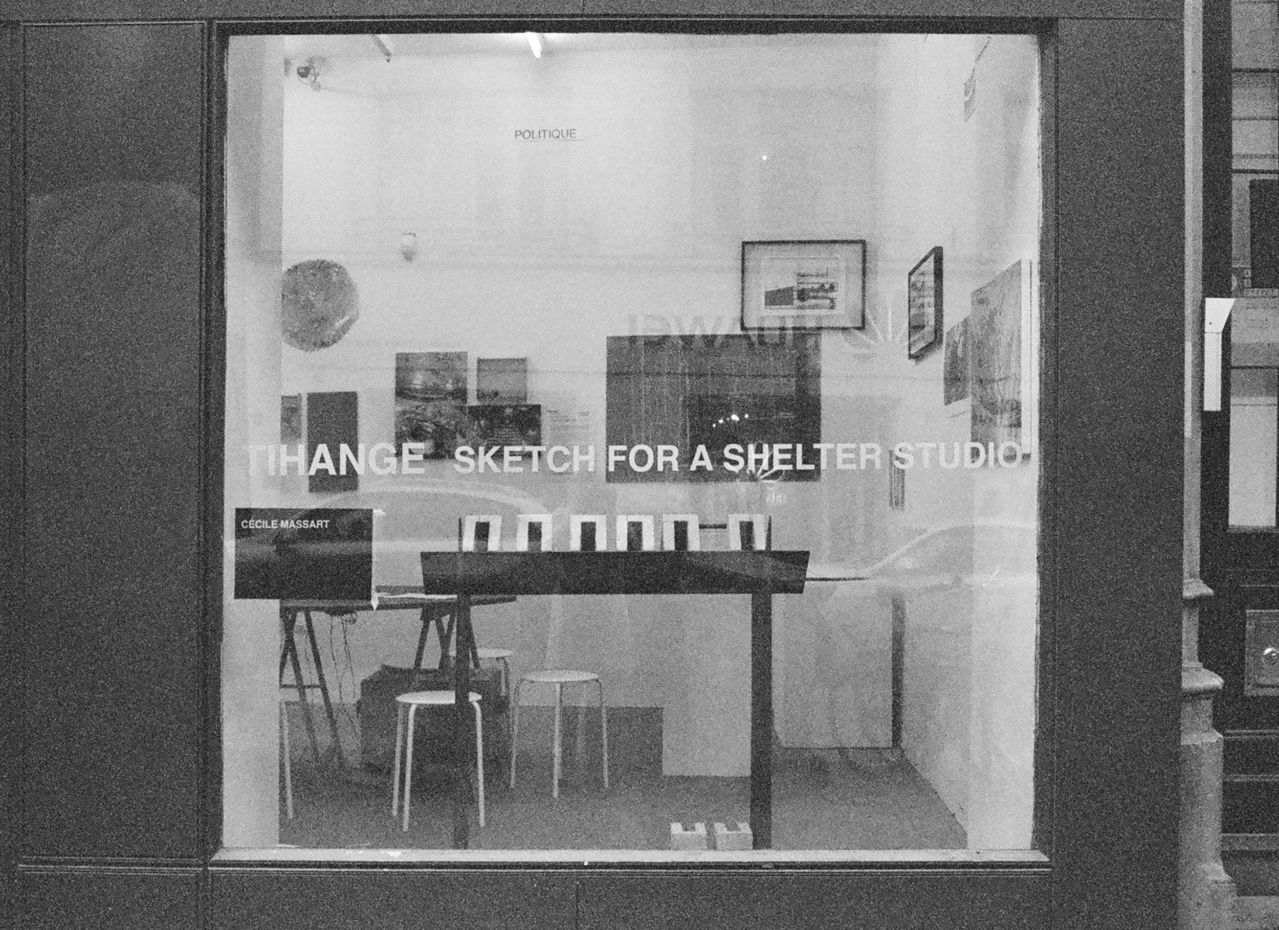 Vitrine de l'installation  Tihange - Sketch for a shelter studio  Espace de dialogue, d'information et de réflexion à l'attention des riverains.