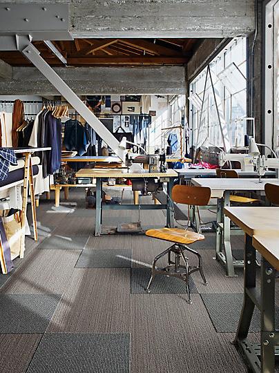 Interface-Narratives-Teppichfliesen-selbstliegend-verlegen-Office-DIY-1-3.JPEG