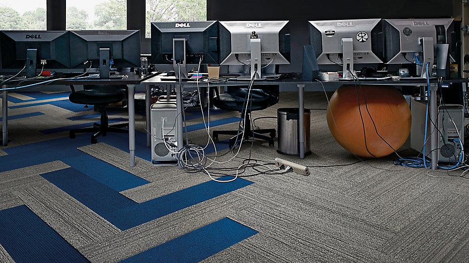 Interface-Near&Far-Teppichfliesen-selbstliegend-verlegen-Office-DIY-1.JPEG