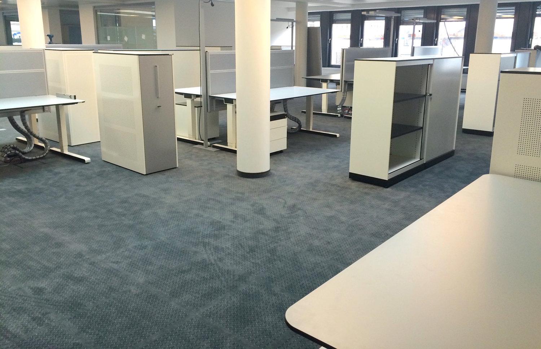 Teppichfliesen-modern-grau-im-buero-dobotec-teppichfliese-verlegung-Fliesen+auf+Doppelboden.JPG
