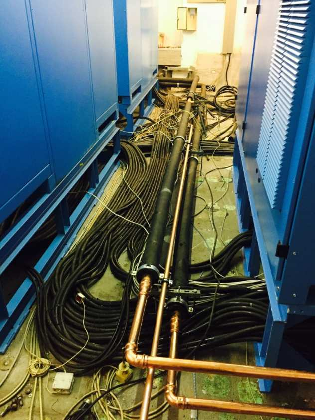 Isolierte Wasser und Kondensatleitungen und Kabelbündel für die Klimaanlage verschwinden im Doppelboden