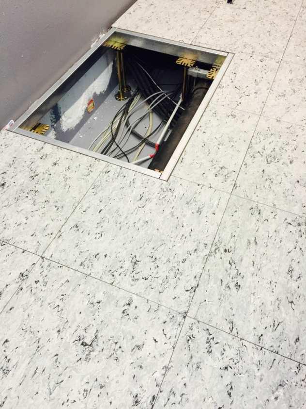 Dieser Profilrahmen im Doppelboden in Düsseldorf dient als Untergestell für einen Schaltschrank