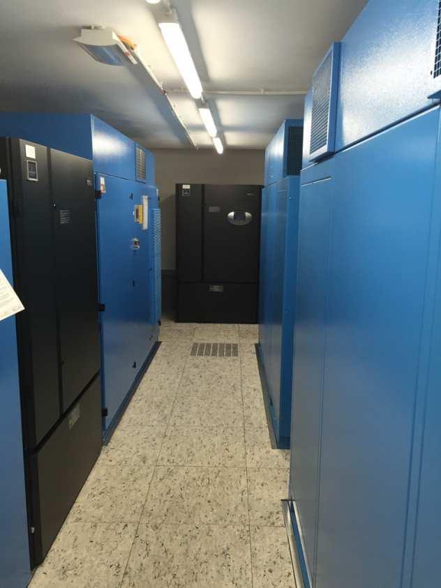 Der fertig installierte Doppelboden in einem Rechenzentrum in Düsseldorf - Klimazentrale und USV Mittelspannungsanlage