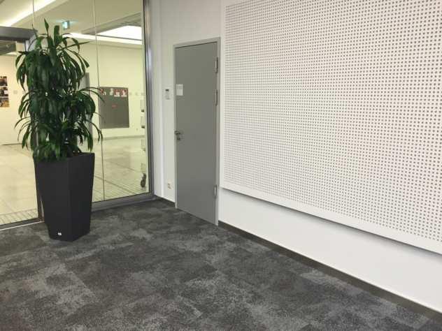 Selbstliegende Teppichfliesen von Interface Composure auf Marmor mit TacTiles verlegt