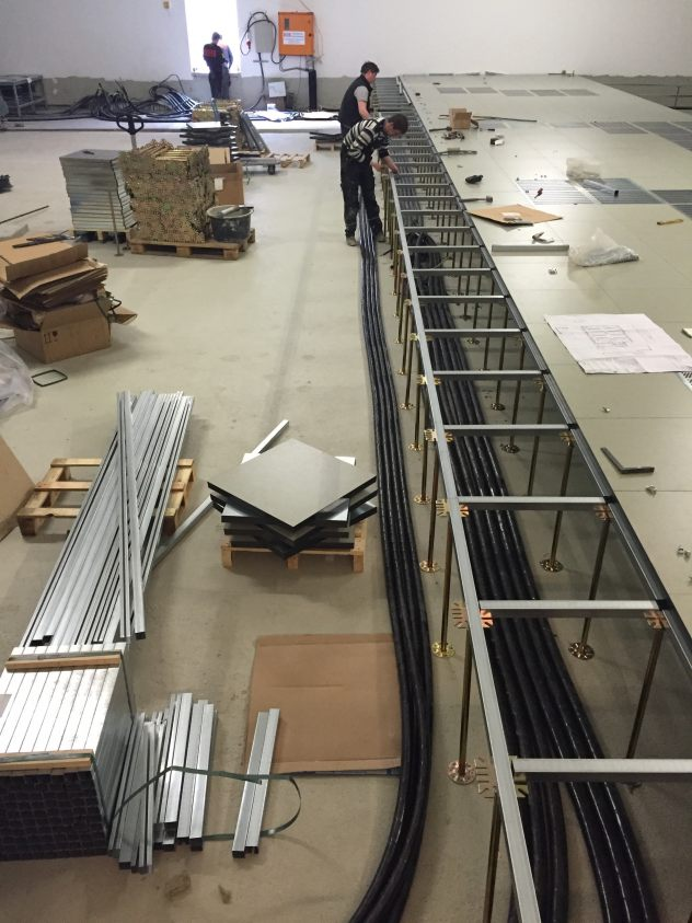 Montage Doppelboden im Rechenzentrum in Düsseldorf als Schaltwartenkonstruktion mit Gipsfaserplatten und DLW-Linoleum-Marmorette-LCH-LPX