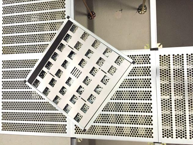 Diese Lüftungsplatte für Doppelboden. Rechenzentrum klimatisiert mit Mengenregulierung in Stahl verzinkt ohne Belag