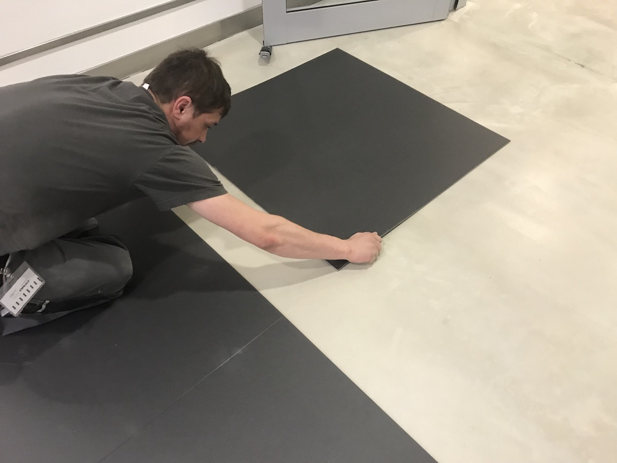 Bodenlag-Designfliesen-Doppelbodenrenovierung-Doppelboden-DOBOTEC-Objectflor-Simplay-selbstliegend-Bodenverlegung.jpg