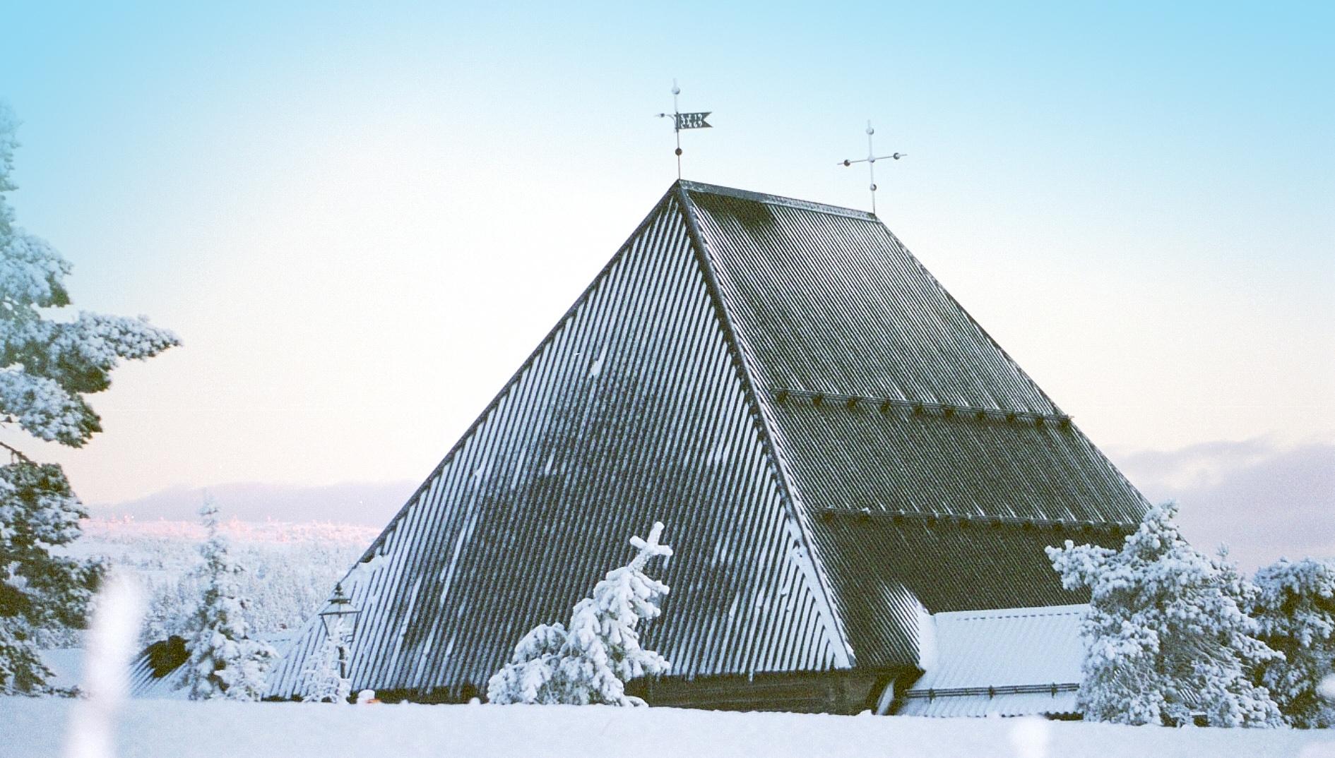 Vigsel i fjällkyrka i Sälen.jpg