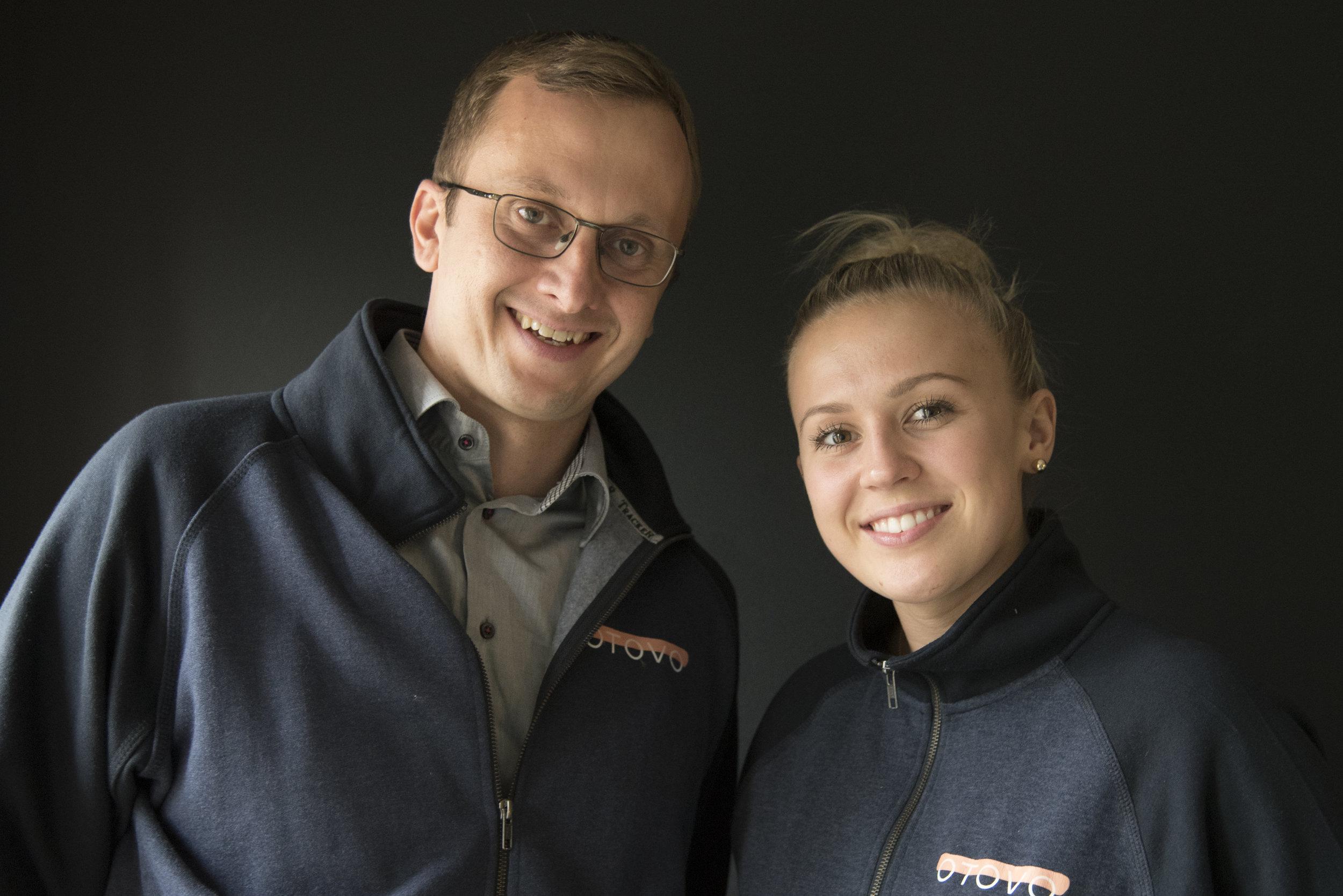 Simen Fure Jørgensen og Christel Mathiesen i Otovo blir ekstra glade når sola skinner. Da produserer nemlig kundene deres ren energi fra sitt eget tak.