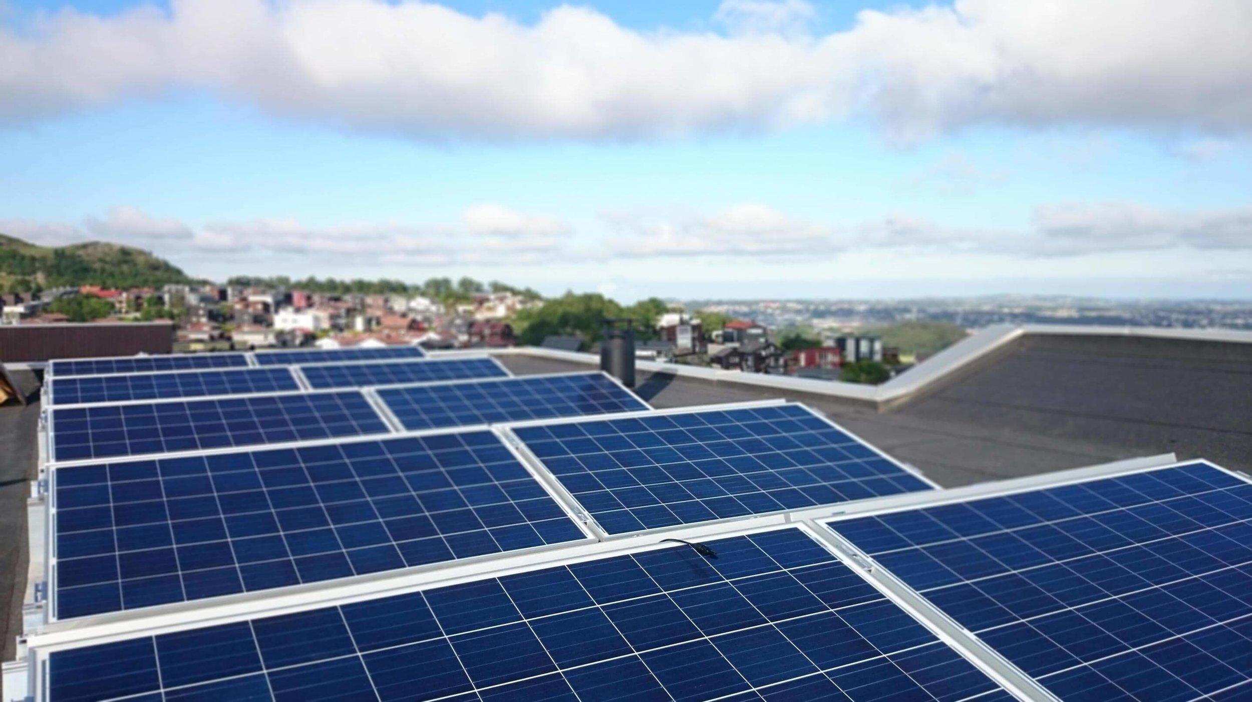 Ved å montere solcelleanlegg på taket, gjør du både miljøet og lommeboka di en tjeneste.