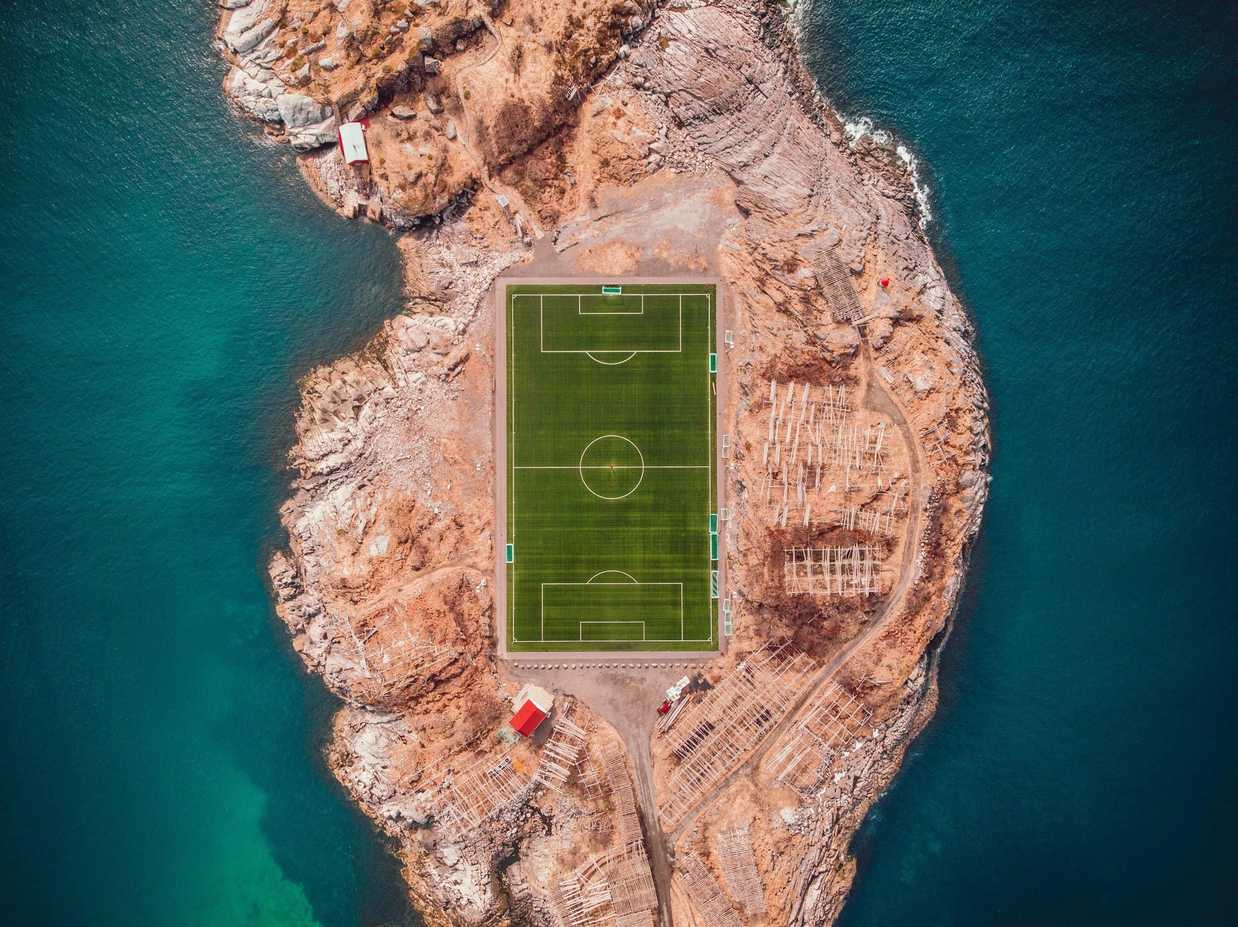 Selskapet ønsker å redusere mikroplastutslippet fra norske kunstgressbaner, som denne i Lofoten