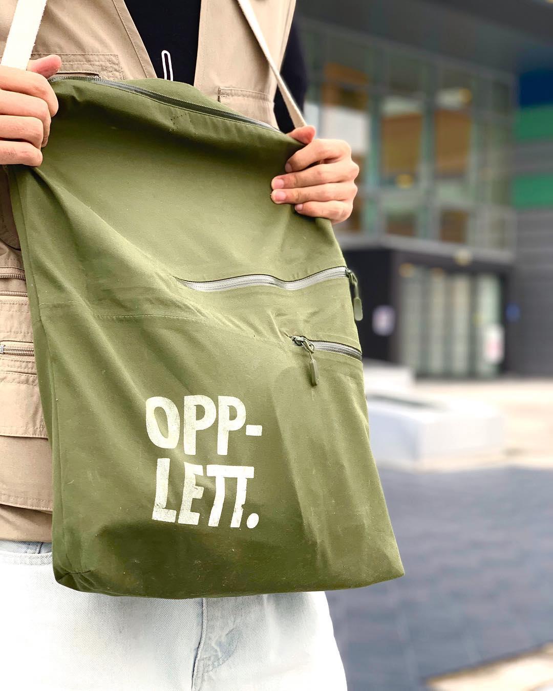VANNTETT IDE : Med disse bærenettene kan bergensere oppbevare tingene sine trygt fra regnet. Foto: Opplett UB.