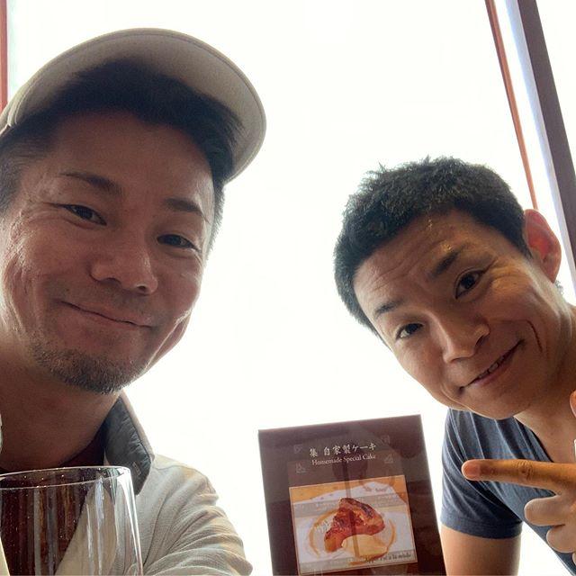 お兄ちゃんとカフェ。  いや、エビケンさんとカフェ。  すみません💦  親戚に会ってる感じがするのは何故でしょう。  #エビケンさん#身長も年齢もニアピン#六本木