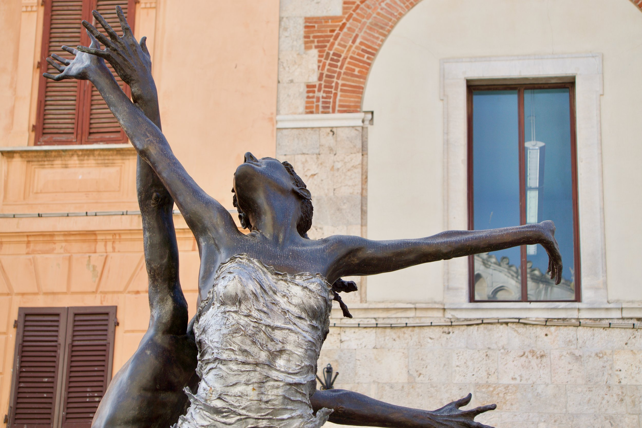 Apparently there is a yoga theme all over Tuscany! Loved this happy dancing sculpture!