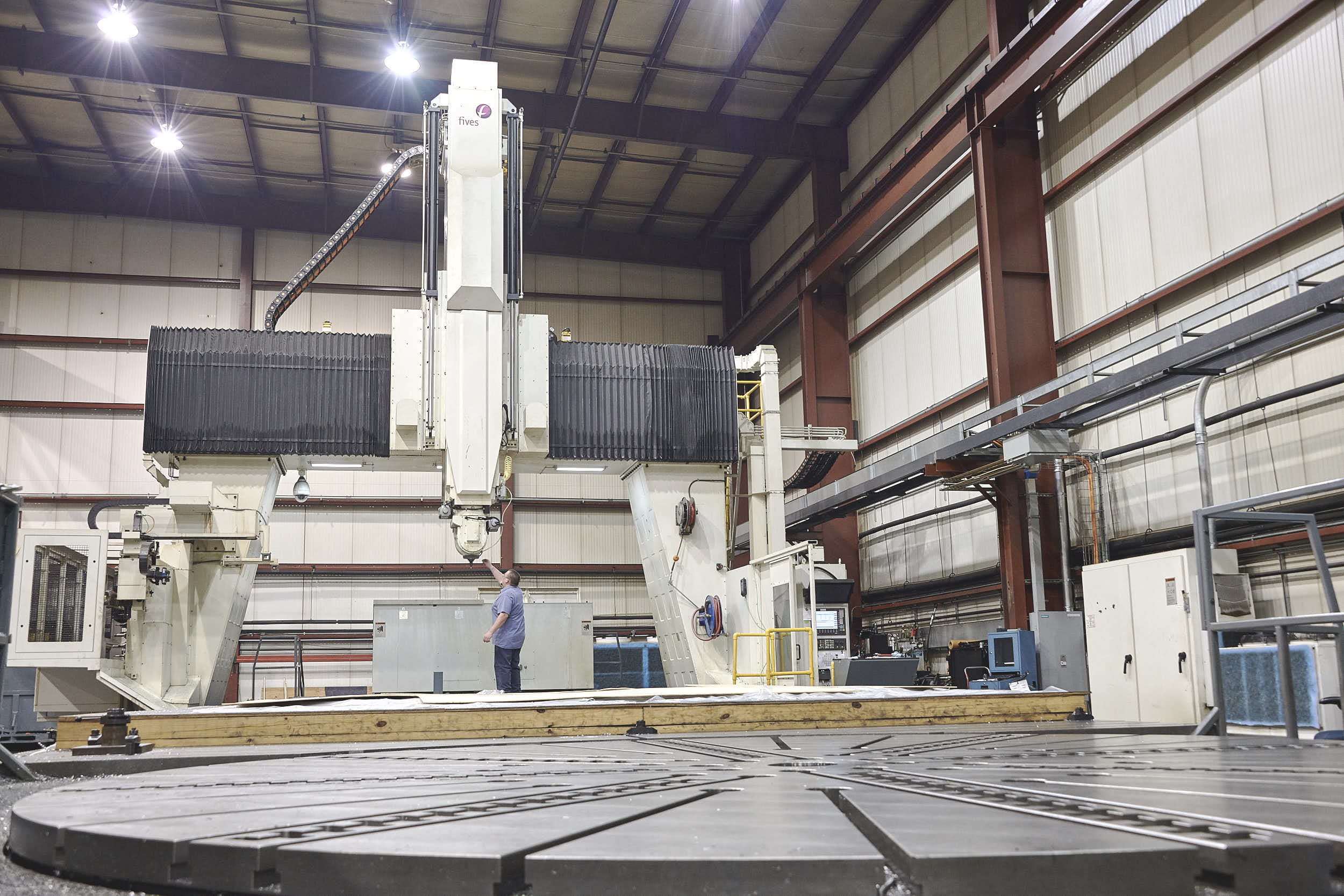 "FIVES Cincinnati U5-2500 XL   824""X, 197""Y, 98""Z, 200 deg. A, endless C  157"" table dia. w/ 195"" max swing  5-Axis Gimbal Head, Vertical Head  Right Angle Head, Turning Head   157"" Turning / Contouring Table, 150 Ton Capacity  Tool Changer, 120 Tool + 6 position oversize Rack Tool Probe and Part Probe  Siemens 840D Control"