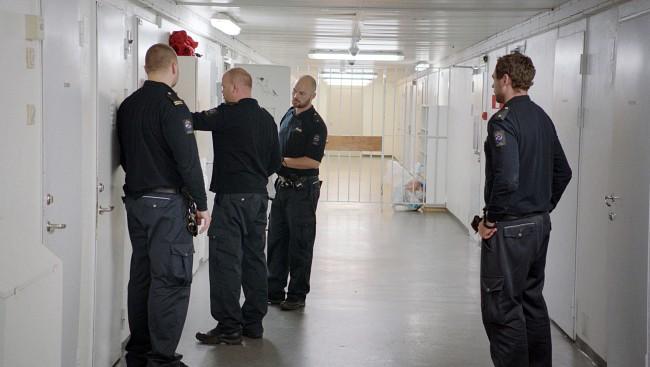 Betjentene som jobber på avdeling G på Ila fengsel og forvaringsanstalt må hele tiden være forberedt på at de innsatte blir utagerende og voldelige. FOTO: LARS ERLEND TUBAAS ØYMO / SPERANZA FILM