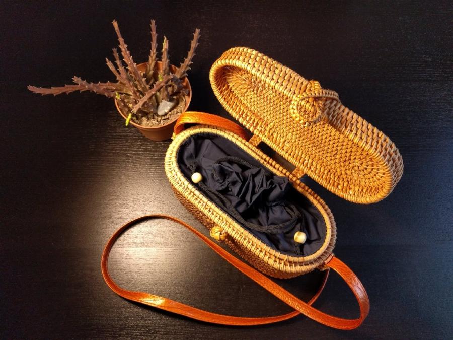 Bolso de ratán - Modelo ovalado con tapa y forro de telaPara las más presumidas. Este modelo de ratán irá genial para ir bien arreglada.