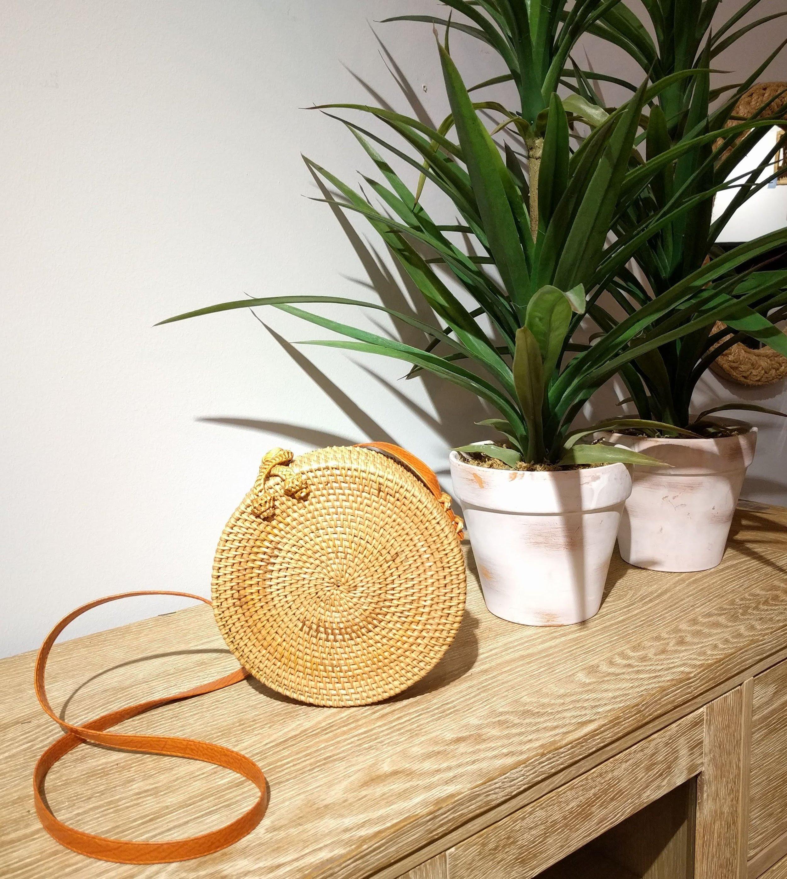 Bolso de ratán - Modelo redondoSu tamaño, su forma y su silueta redonda lo hacen el complemento ideal.