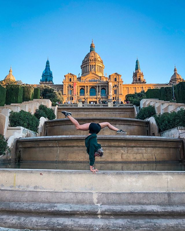 Barcelona! Thanks @brooksrunning for a fun couple of days and @jonathan_last for the handstand lesson 🤸🏼‍♀️ swipe for some one arm handstands 😬 kind of #barcelona #whereihandstand #onearmhandstand