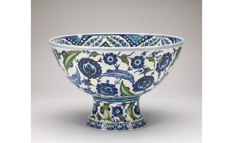 Ottoman dynasty Iznik basin pade of painted and glazed stonepaste. Isnik, Turkey, 1545-1550