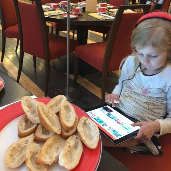 Vi är lättade att Linneas aptit återvänt och att hon mår bra... Frallorna på hotellet är populära