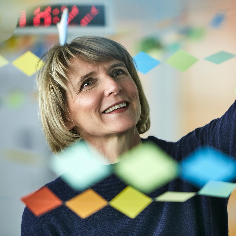 Christine Jean   ist Gründerin und Präsidentin von  ghirlandas  – und die Mutter von Aline. Als Marketingfrau beschäftigt sie sich täglich mit Ideen und Farben – deshalb ist auch  ghirlandas  ein Projekt in Farbe.