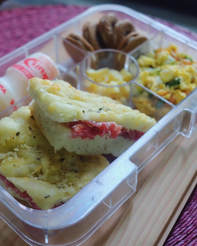 I'm getting the bread-making bug!🍞 • #SanchosBaon: Salami Milano sandwich (bread used: homemade Parmesan and oregano focaccia), zucchini and tomato scramble, cheese cubes, dewberry and yakult. • Swipe to see the focaccia pieces up close.😊 • #yumboxtapas #yumboxph #baon #sinfullysabrina #focaccia #kidslunch #kidsbaon #baonideas